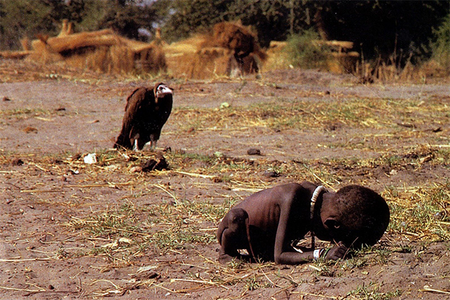 "Kevin Carter abutre ""Struggling Girl"""